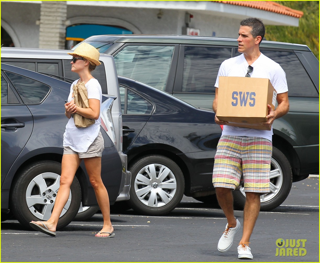 reese witherspoon jim toth labor day grocery shopping 17