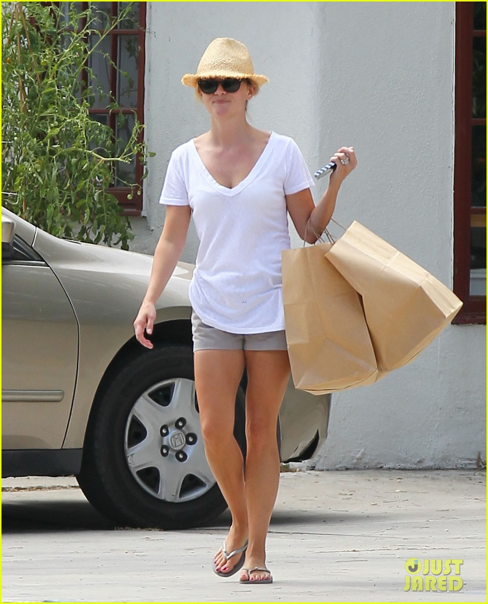 reese witherspoon jim toth labor day grocery shopping 182942394