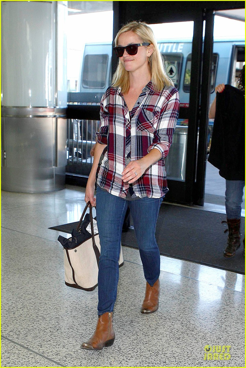 reese witherspoon plaid lax departure after workout 01