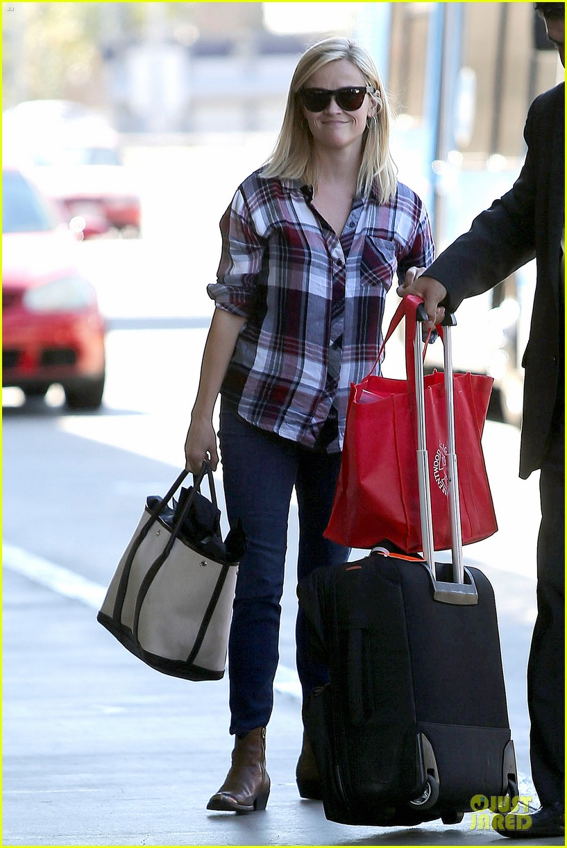 reese witherspoon plaid lax departure after workout 07