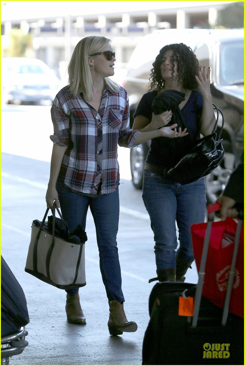 reese witherspoon plaid lax departure after workout 16