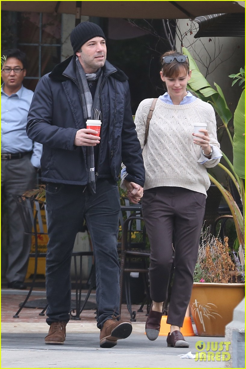 ben affleck jennifer garner hold hands for coffee run 22