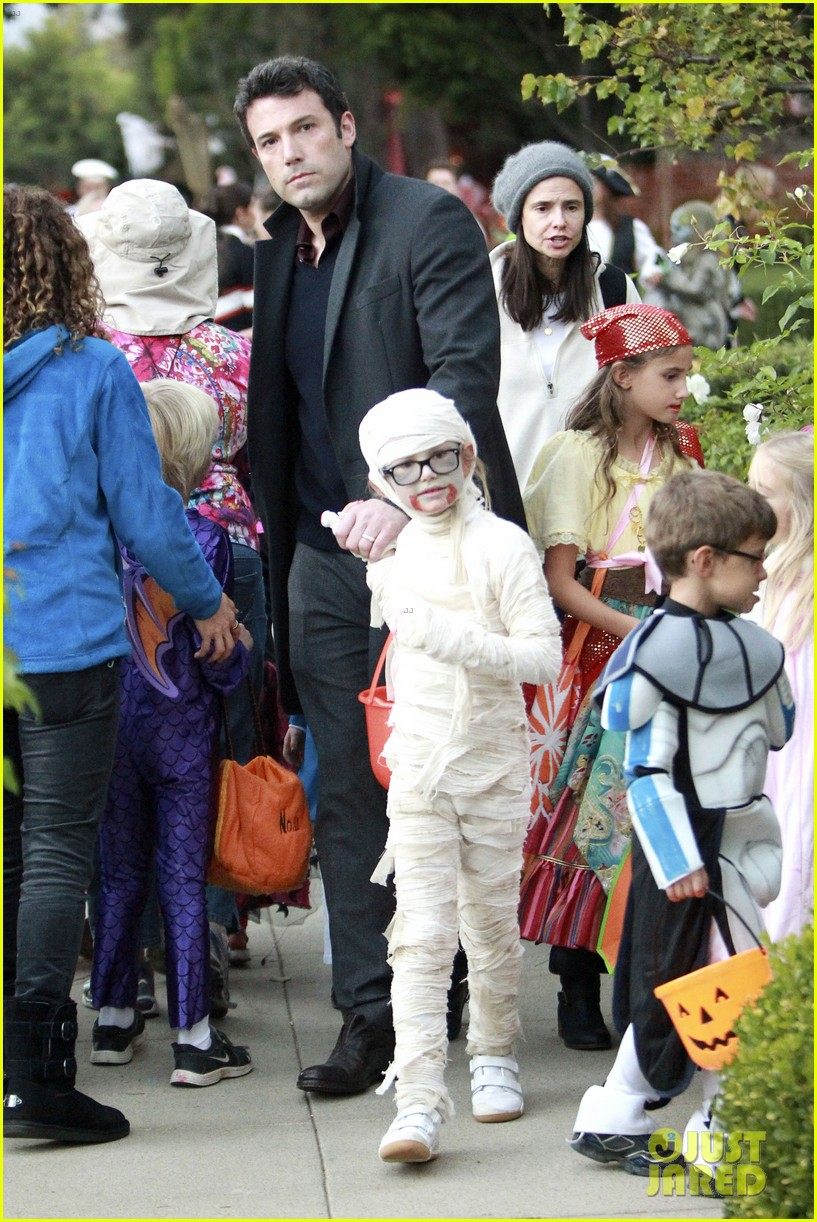ben affleck jennifer garner halloween trick or treating 122983881