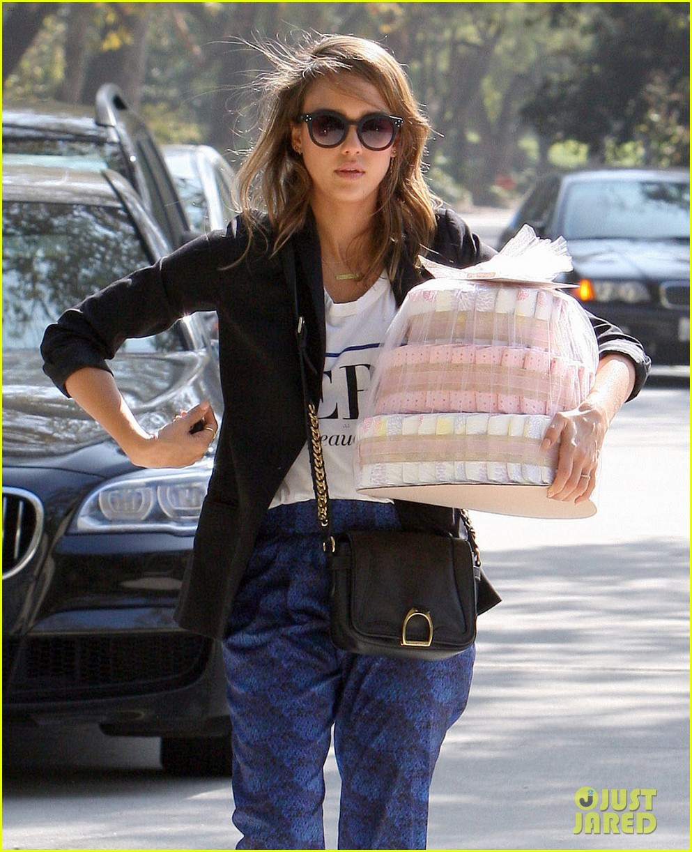 jessica alba gifts honest company diapers at baby shower 02