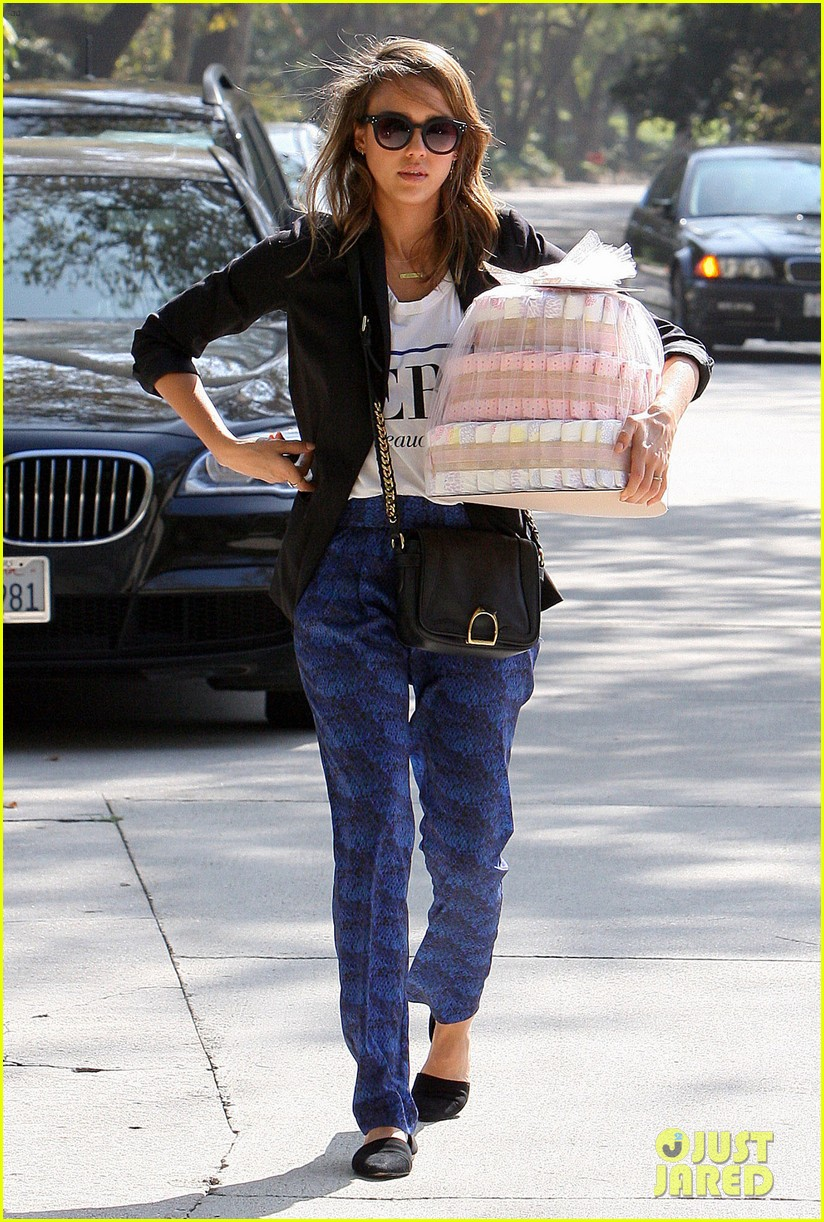 jessica alba gifts honest company diapers at baby shower 10