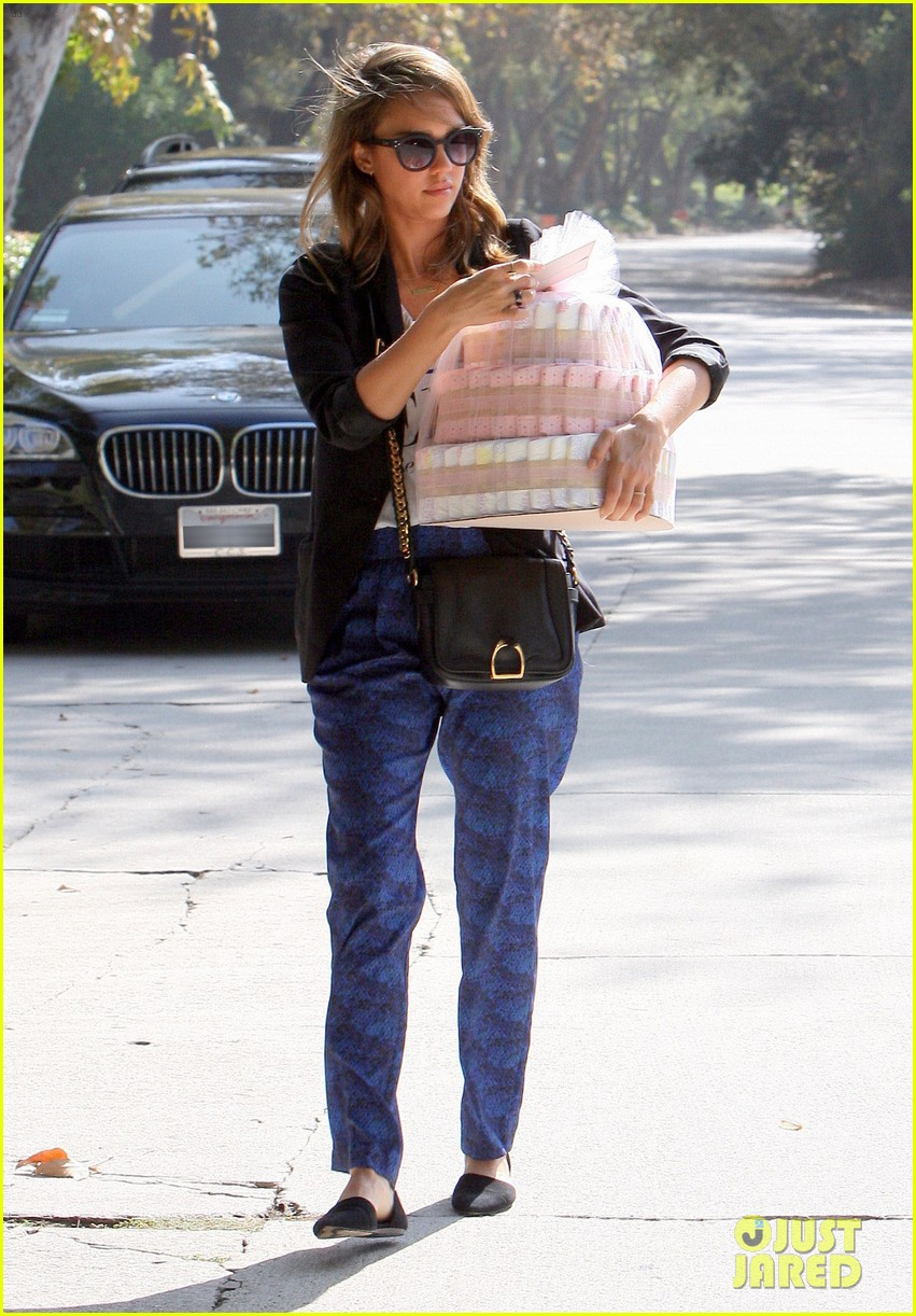 jessica alba gifts honest company diapers at baby shower 122981691