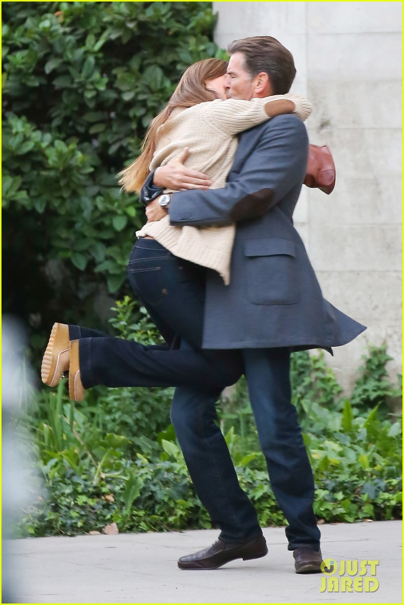 jessica alba passionately kisses pierce brosnan for movie 09