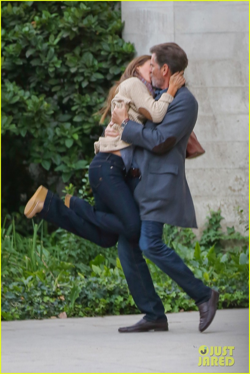 jessica alba passionately kisses pierce brosnan for movie 17