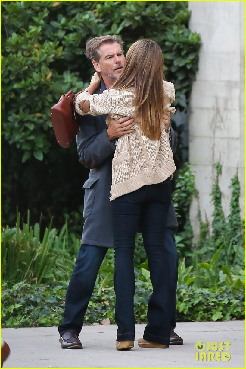 jessica alba passionately kisses pierce brosnan for movie 21
