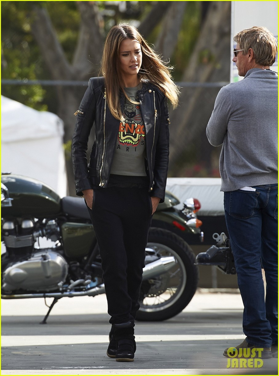 jessica alba englishman set with pierce brosnan 052982532