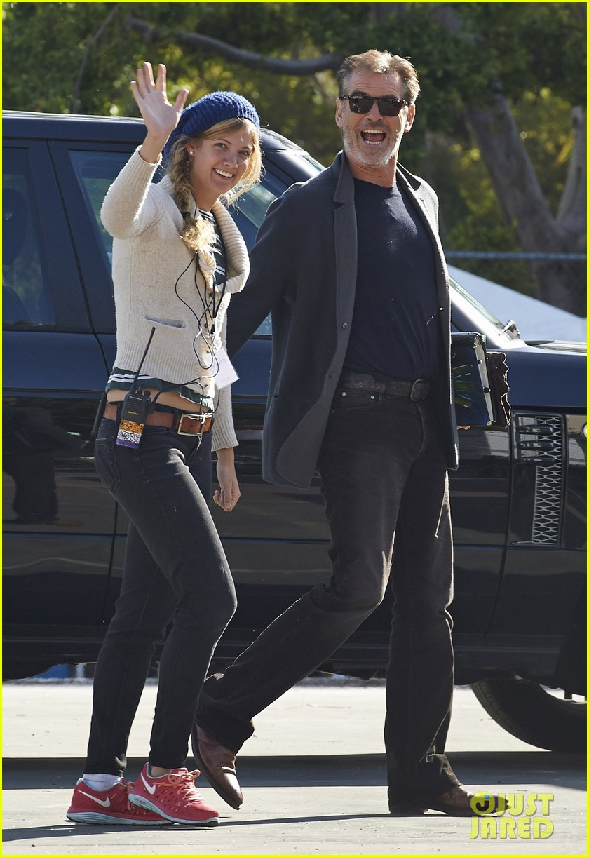 jessica alba englishman set with pierce brosnan 112982538