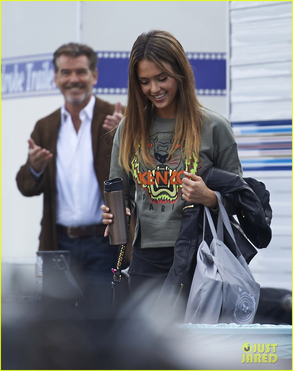 jessica alba englishman set with pierce brosnan 20