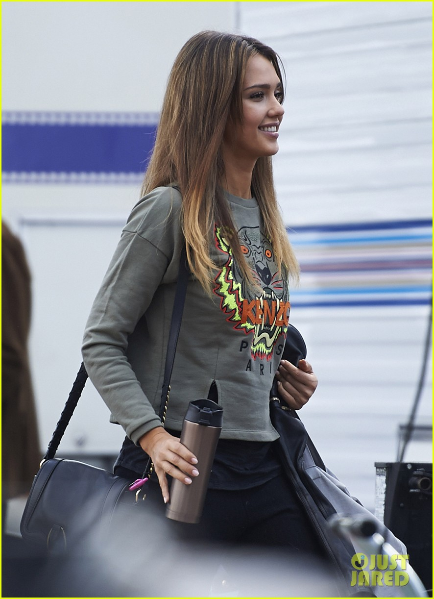 jessica alba englishman set with pierce brosnan 22