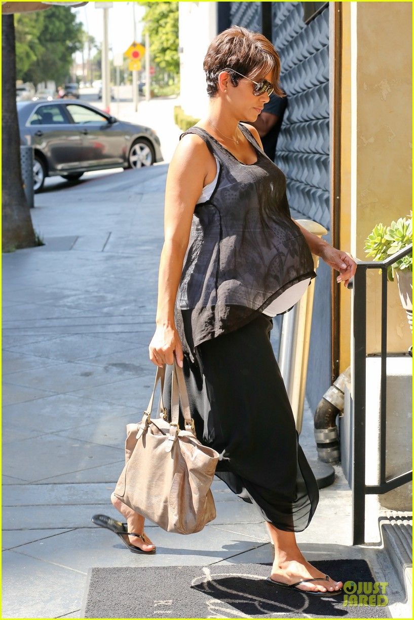 halle berry rivabella ristorante lunch after extant news 06