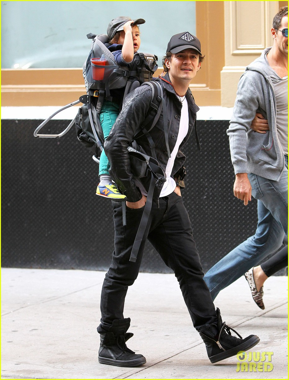 orlando bloom gets his nose picked by son flynn 092971919