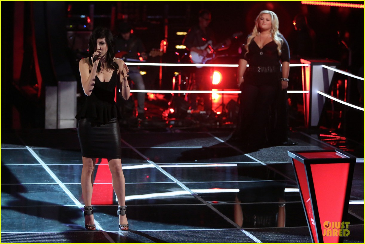 kaley cuoco sister briana advance on the voice tonight 03