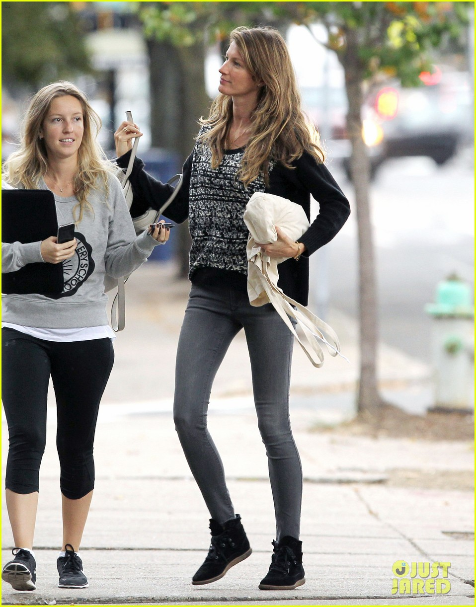 gisele bundchen does her morning yoga with vivian 152965969