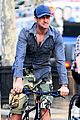 gerard butler camouflages bike ride in nyc 04