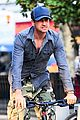 gerard butler camouflages bike ride in nyc 08