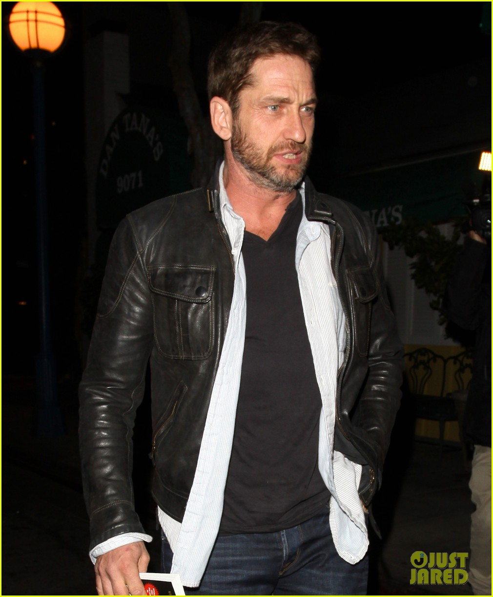 gerard butler brings hells angels book to dinner 02