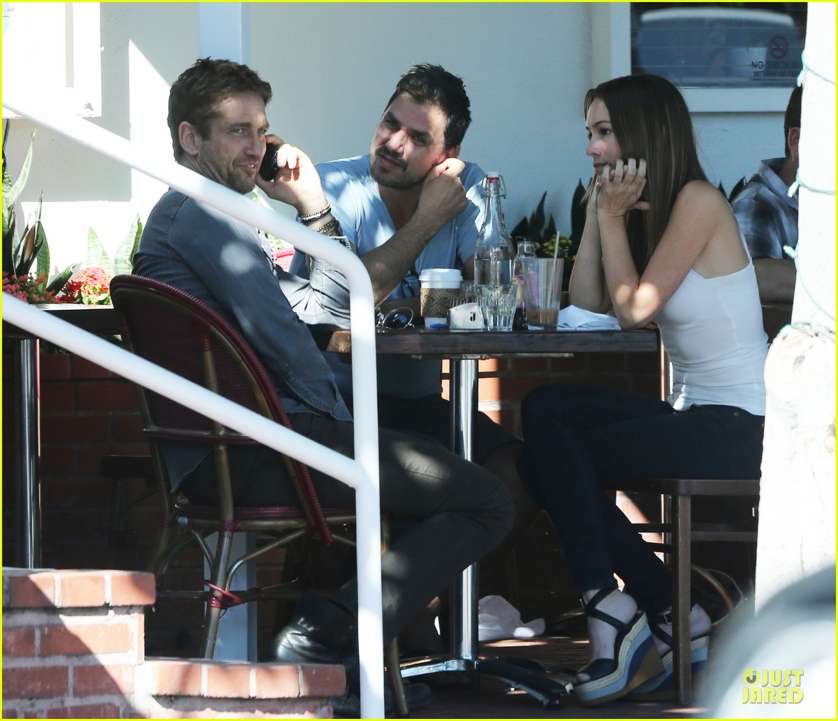 gerard butler enjoys fred segal lunch with friends 09