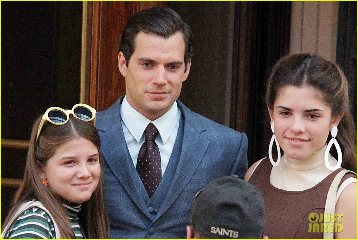 henry cavill shows off suave look for man from uncle 01