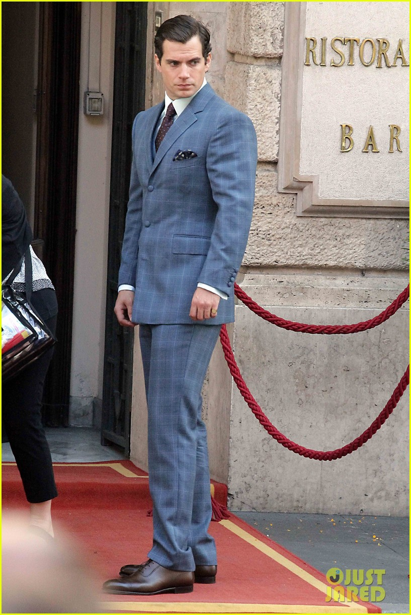 henry-cavill-shows-off-suave-look-for-man-from-uncle-03.jpg