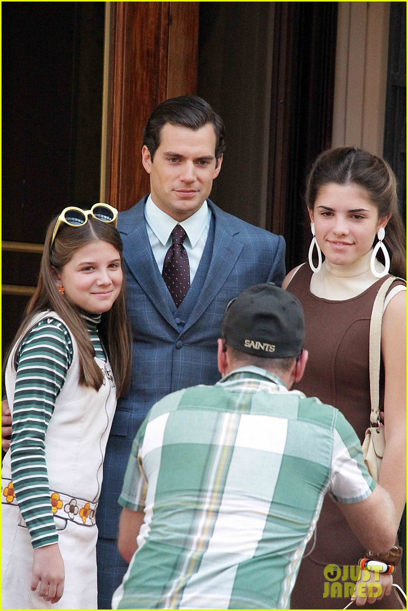 henry cavill shows off suave look for man from uncle 04
