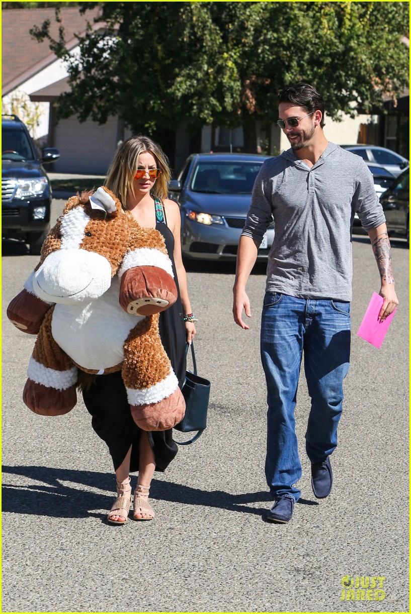 kaley cuoco ryan sweeting brings big gift to birthday party 01