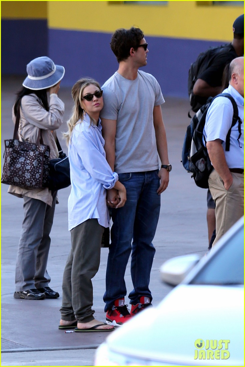 kaley cuoco ryan sweeting hold hands on set 03
