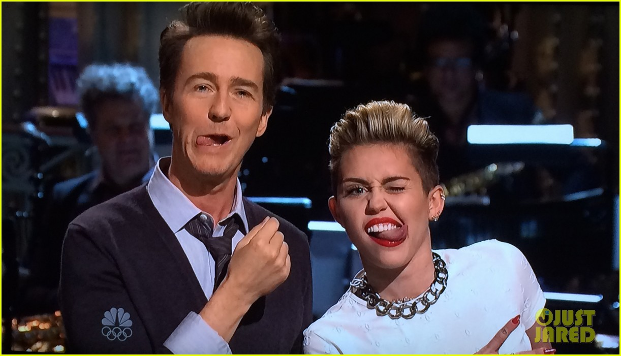 miley cyrus surprise snl appearance to announce tour 042980809