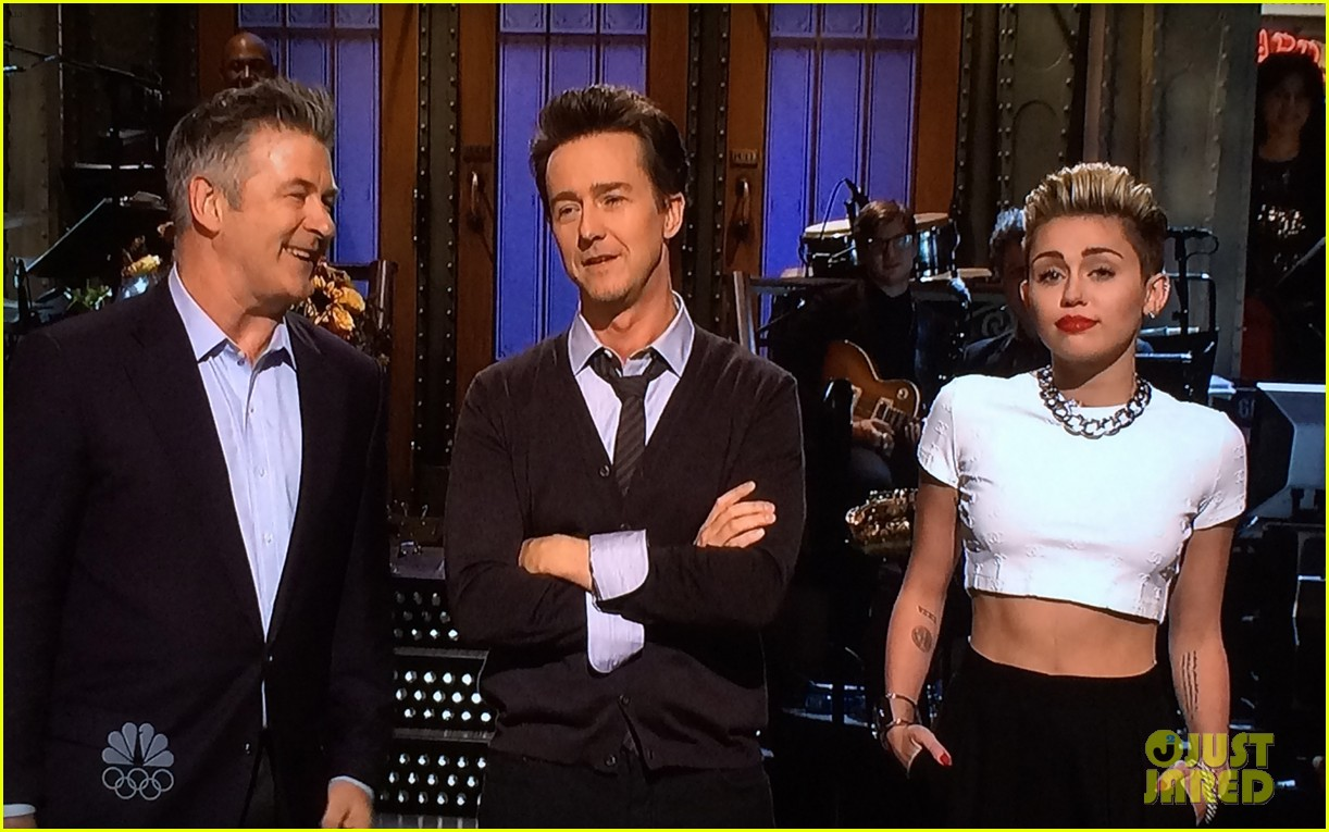 miley cyrus surprise snl appearance to announce tour 052980810