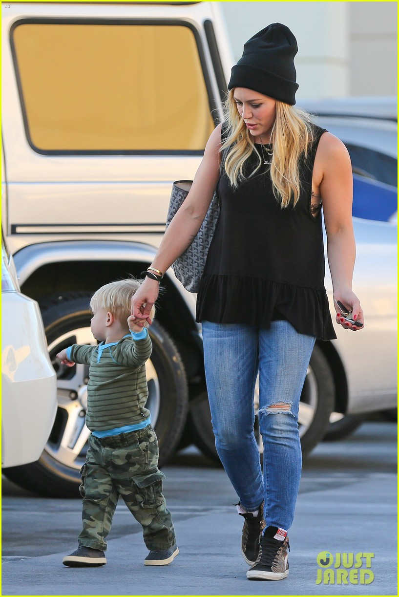hilary duff dinner with luca after b day celebrations 01