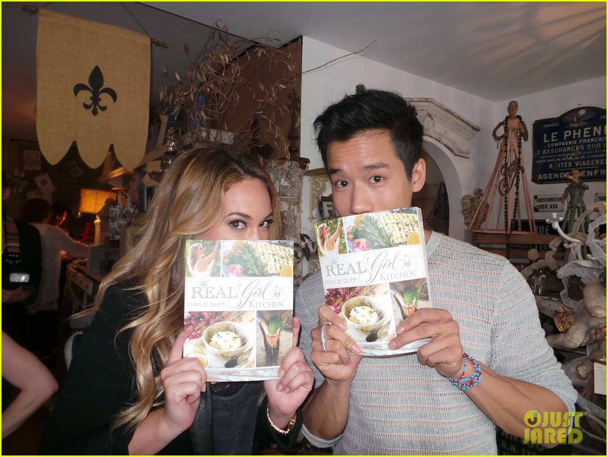 hilary duff supports sister haylie at real girls kitchen signing 09