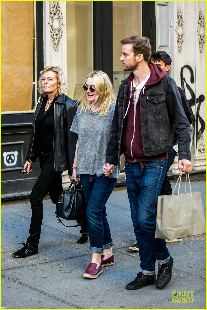 dakota fanning jamie strachan hold hands for shopping 11