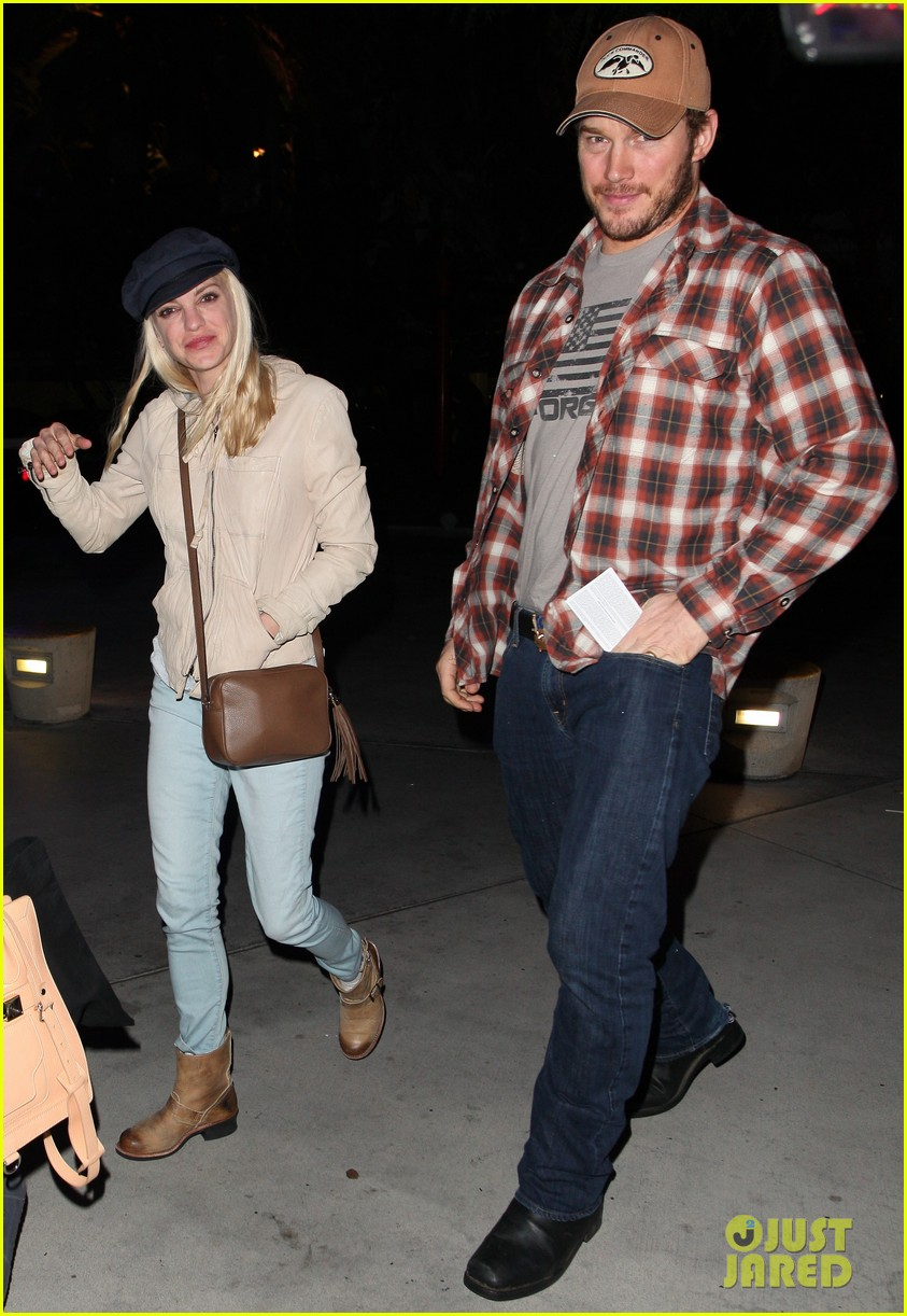 anna faris chris pratt cuddle close for lakers win 032982955