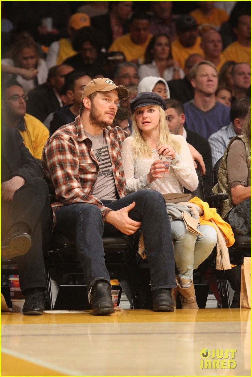 anna faris chris pratt cuddle close for lakers win 05