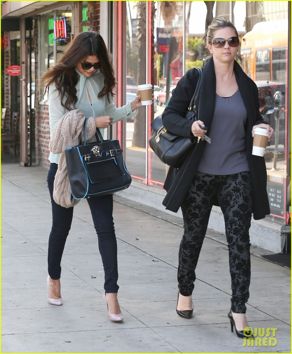 selena gomez grabs coffee with mom mandy 05