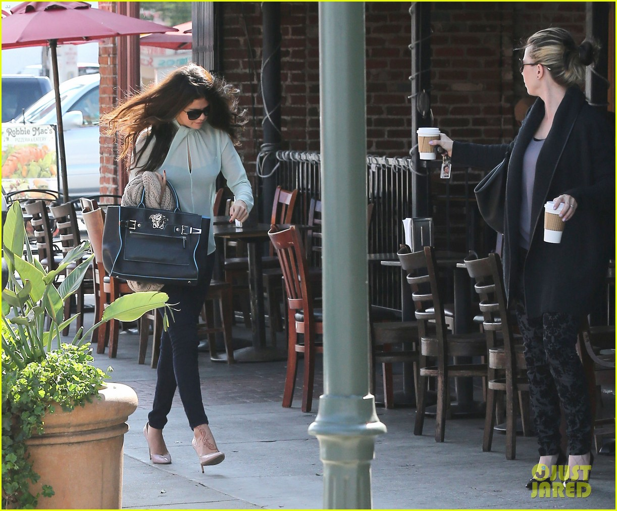 selena gomez grabs coffee with mom mandy 22