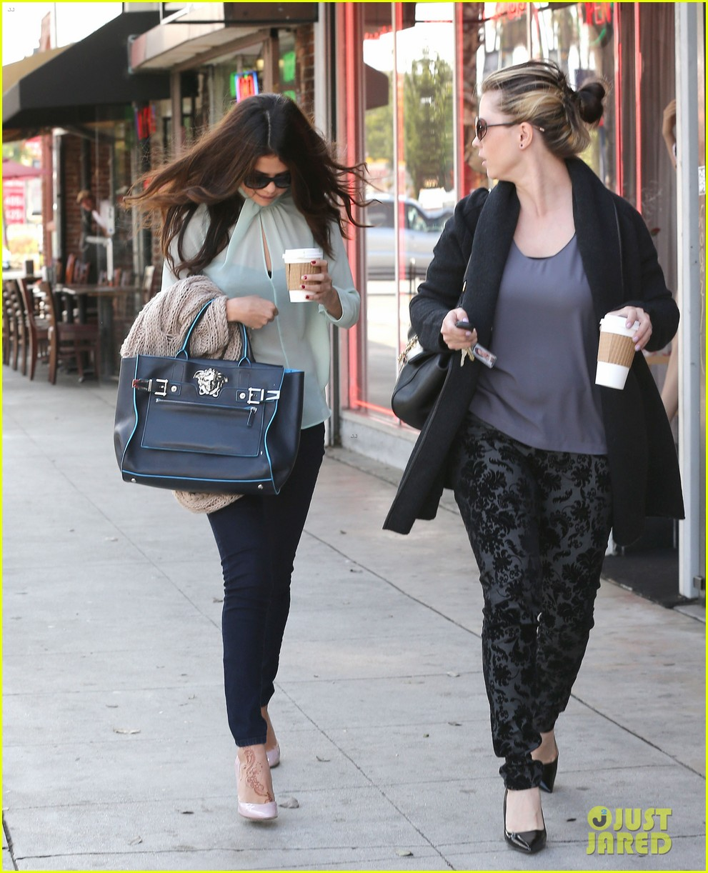 selena gomez grabs coffee with mom mandy 23