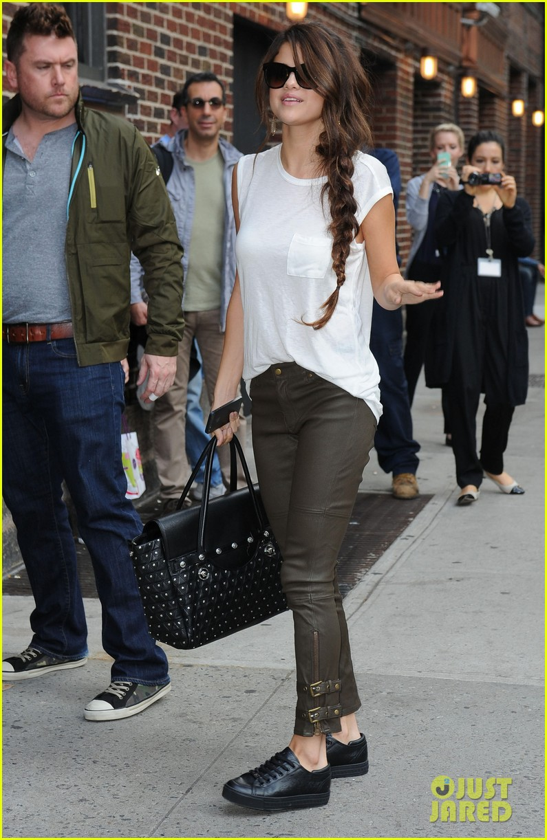 selena gomez arrives for late show appearance 03