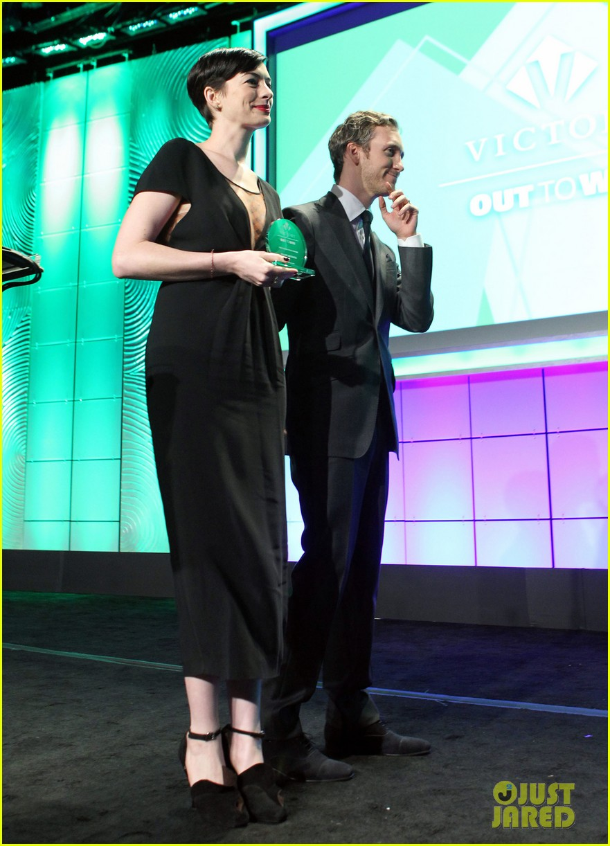 anne hathaway adam shulman victory awards couple 01