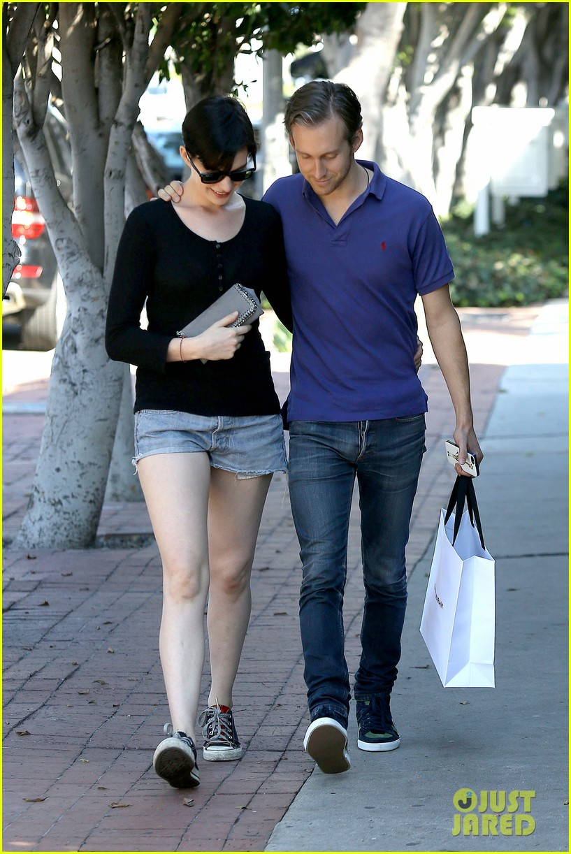 anne hathaway adam shulman victory awards couple 05