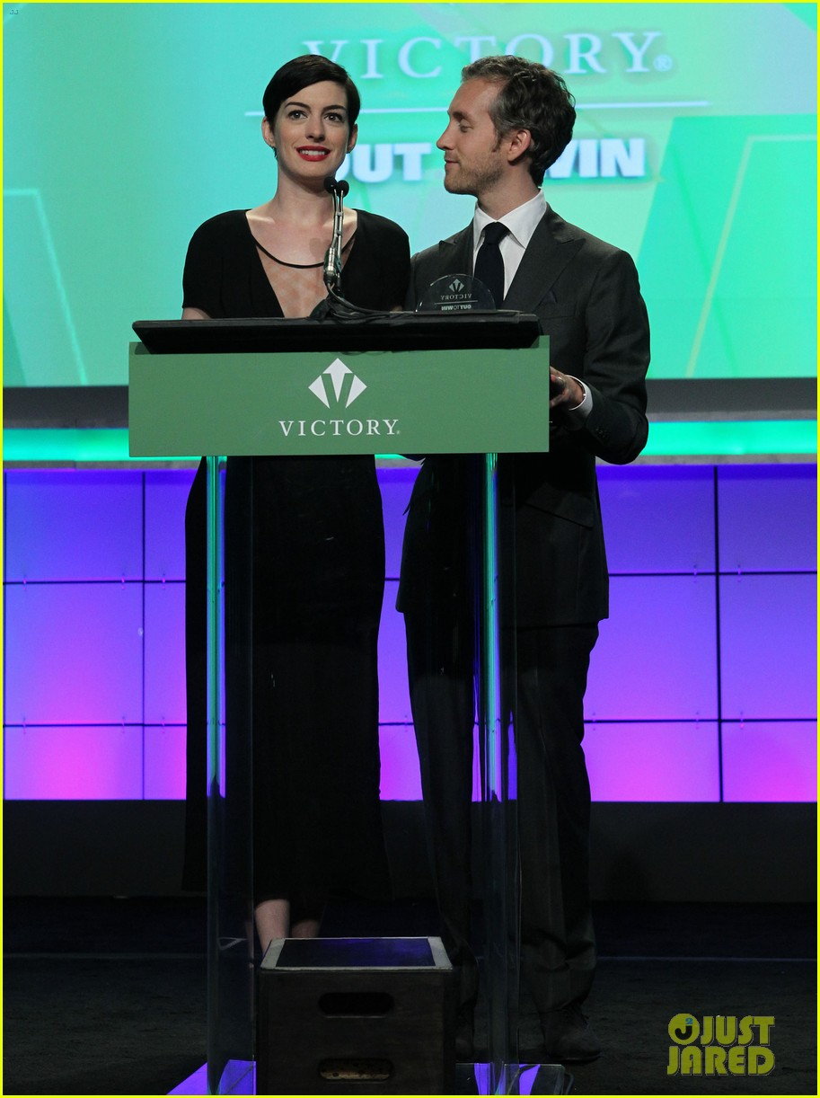 anne hathaway adam shulman victory awards couple 19