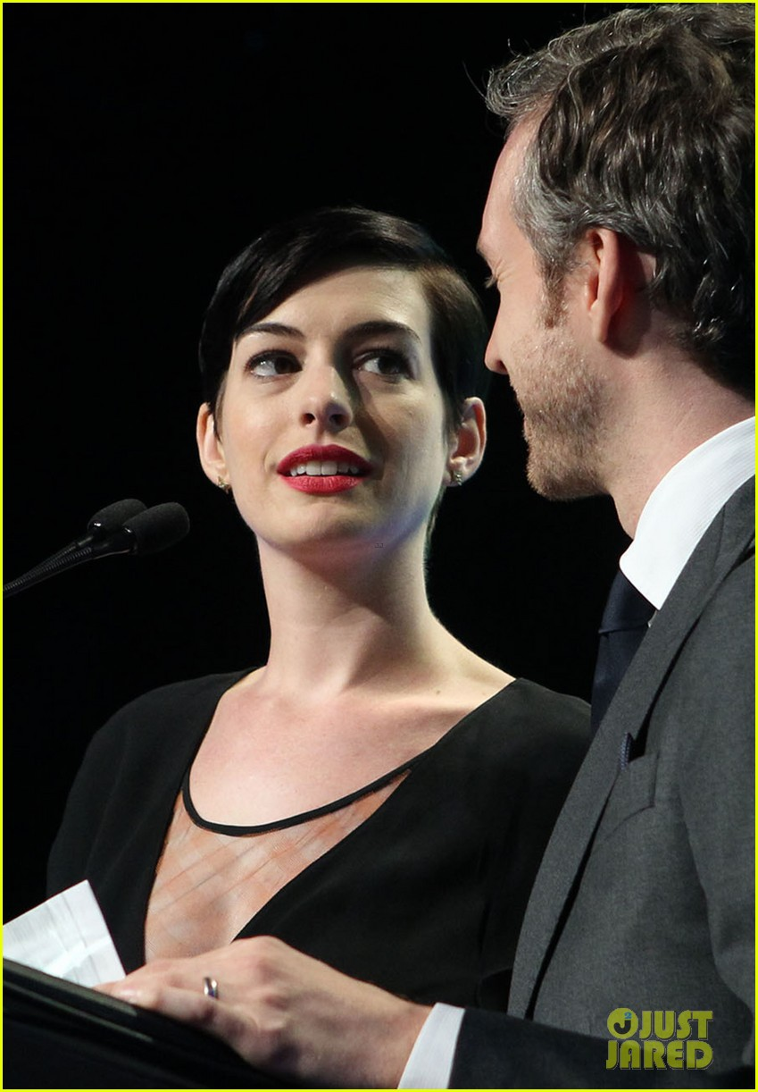 anne hathaway adam shulman victory awards couple 22