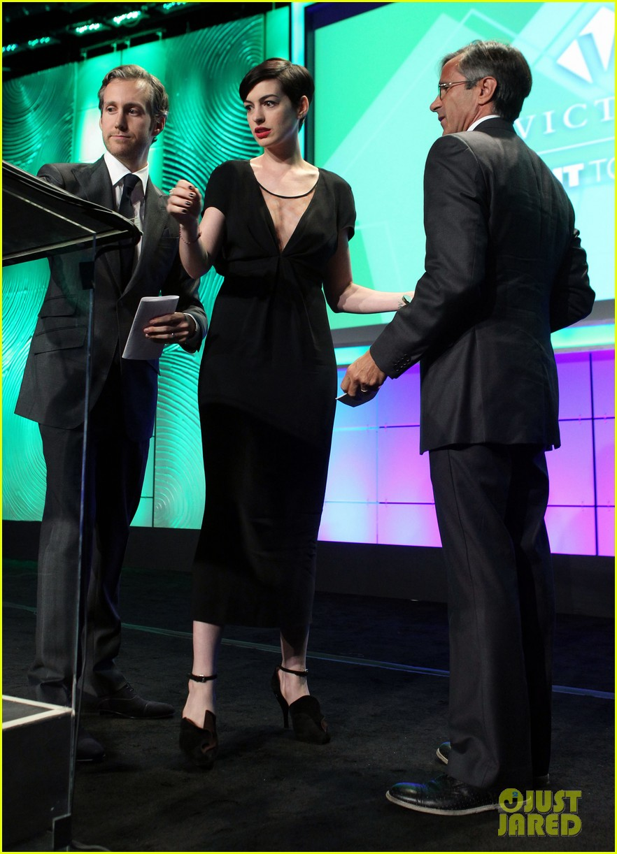 anne hathaway adam shulman victory awards couple 28