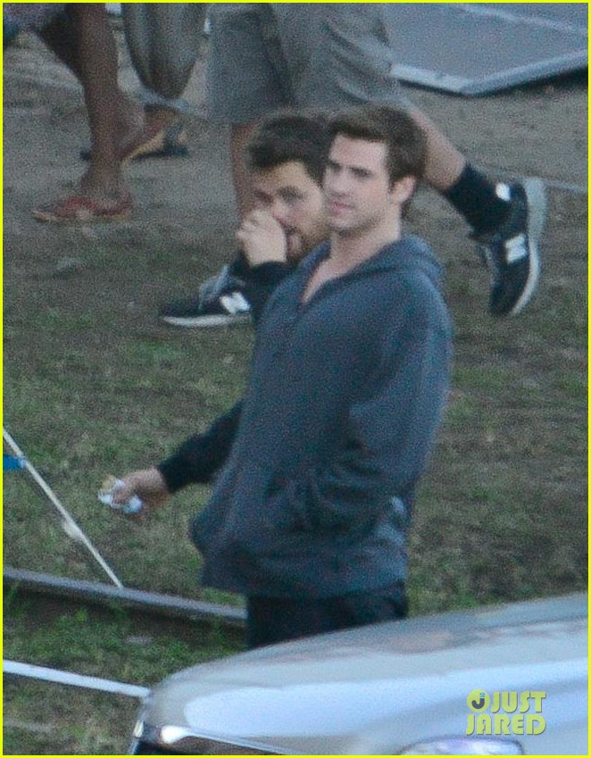 liam hemsworth gun show on mockingjay set 02