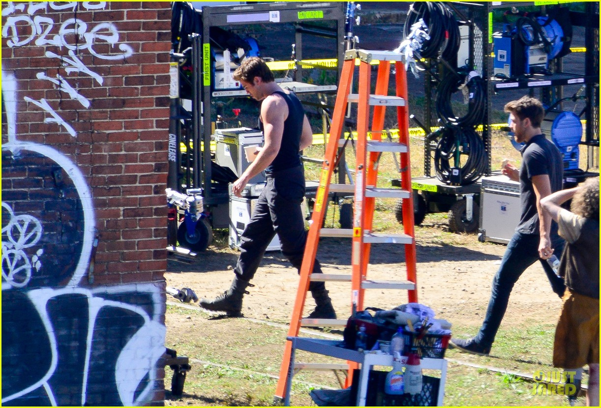 liam hemsworth gun show on mockingjay set 03