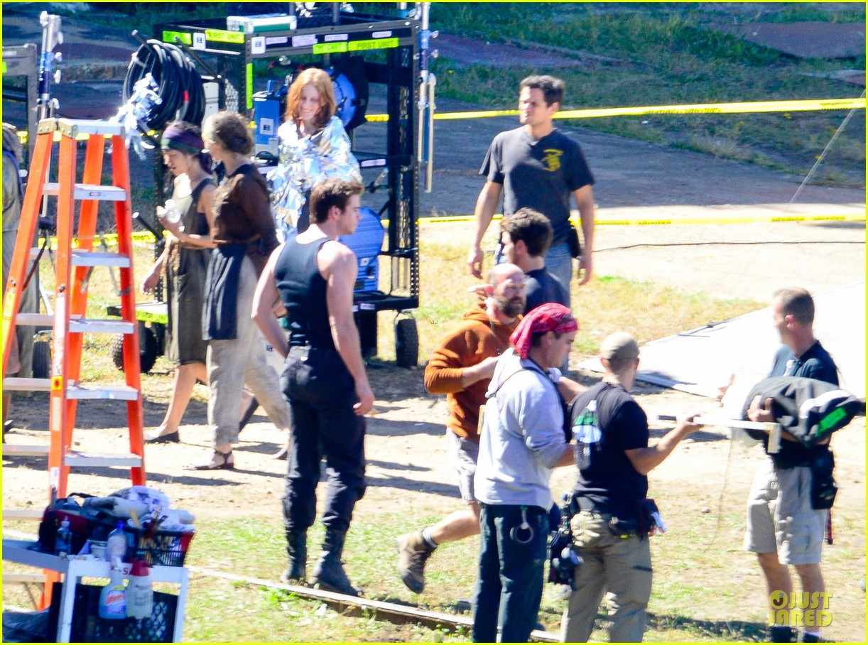 liam hemsworth gun show on mockingjay set 05