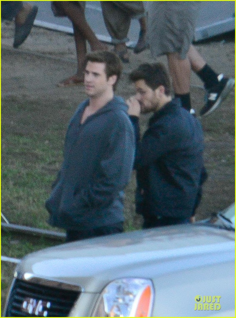 liam hemsworth gun show on mockingjay set 07